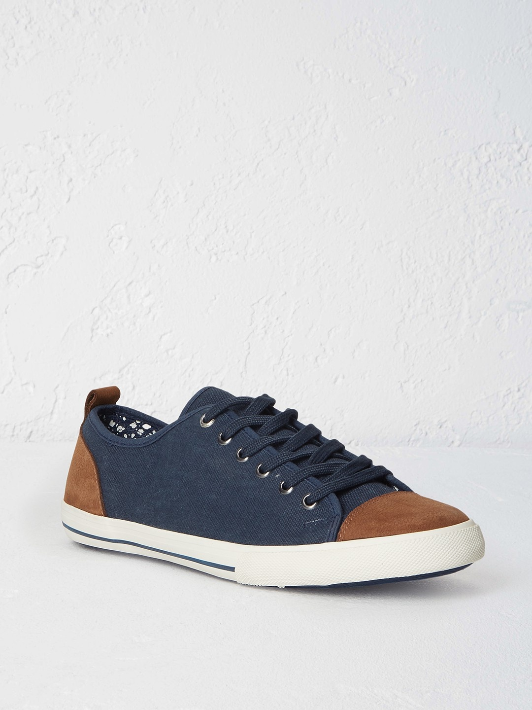 Mens lace up trainer